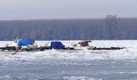 Barcos atrapados en el río Danubio congelado Fotos de archivo