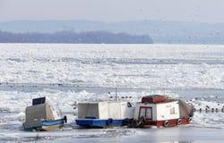 Barcos atrapados en el río Danubio congelado Imagen de archivo libre de regalías