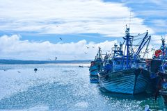 Barcos azuis no porto fotografia de stock royalty free