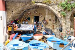 Barcos azuis para o aluguel perto do porto Fotografia de Stock Royalty Free