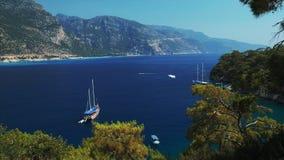 Barcos azules del mar y de vela almacen de metraje de vídeo