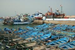Barcos azules en el acceso de Essaouira Foto de archivo