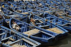 Barcos azules en el puerto Imagenes de archivo