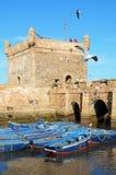 Barcos azules hermosos en el puerto viejo de Essaouira Foto de archivo libre de regalías