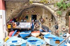 Barcos azules para el alquiler cerca del puerto Fotografía de archivo libre de regalías