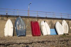 Barcos azules, rojos y blancos en el Southend-en-mar, Essex, Inglaterra Imágenes de archivo libres de regalías