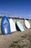 Barcos azules y blancos en el Southend-en-mar, Essex, Inglaterra Imagenes de archivo