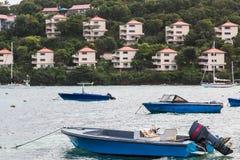 Barcos azules y centros turísticos rosados Fotografía de archivo libre de regalías