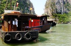 Barcos, baía de Halong, Vietname Imagem de Stock