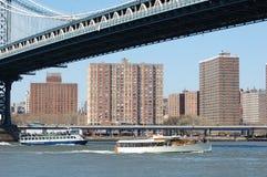 Barcos bajo el puente de Manhattan Imagen de archivo