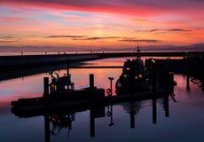 Barcos bajo puesta del sol Fotos de archivo
