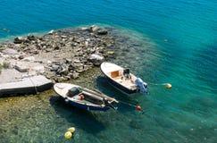 Barcos bimotores en un mar azul hermoso Fotografía de archivo libre de regalías