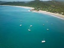 Barcos brancos na água azul do oceano Foto de Stock