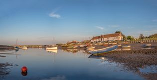 Barcos Burnham Overy Staithe con marea baja del panorama Fotografía de archivo libre de regalías