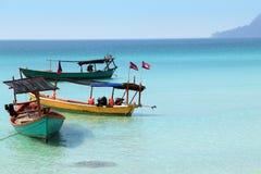 Barcos camboyanos con las banderas Imágenes de archivo libres de regalías