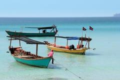 Barcos camboyanos con las banderas Fotografía de archivo