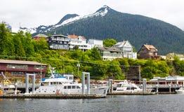 Barcos, casas, e montanhas de Alaska Ketchikan imagens de stock