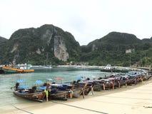Barcos cerca de la isla Imágenes de archivo libres de regalías