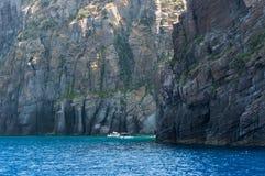 Barcos cerca de pilas del mar Foto de archivo libre de regalías