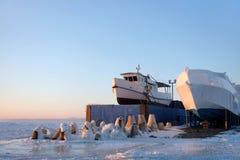 Barcos cobertos para o inverno no gelo imagens de stock
