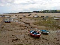Barcos colados na maré baixa imagem de stock