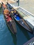 Barcos coloreados en la ciudad de Venecia en el agua fotografía de archivo