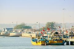 Barcos coloridos atados en la pesca del embarcadero en Diu imagen de archivo
