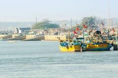 Barcos coloridos atados en la pesca del embarcadero en Diu imágenes de archivo libres de regalías
