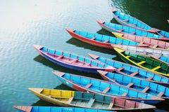 Barcos coloridos da excursão imagens de stock royalty free