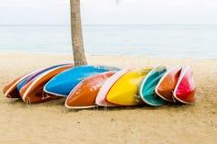 Barcos coloridos del kajak Fotos de archivo libres de regalías