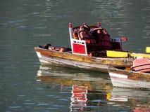 Barcos coloridos em um lago Imagem de Stock Royalty Free