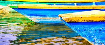 Barcos coloridos en el lago de Nepal Foto de archivo libre de regalías