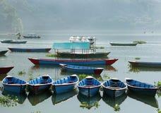 Barcos coloridos en fila en el lago Phewa Fotos de archivo