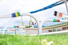 Barcos coloridos en la playa de la isla tropical de Bali, Indonesia Imagen de archivo