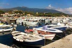 Barcos coloridos en Marina Di Campo Harbor Imagen de archivo
