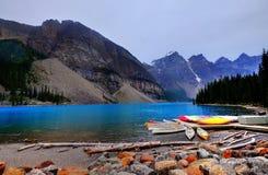 Barcos coloridos no lago fotografia de stock