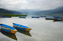 Barcos coloridos no lago Nepal Phewa Fotos de Stock