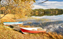 Barcos coloridos no lago norueguês Imagens de Stock Royalty Free