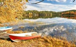 Barcos coloridos no lago norueguês Imagem de Stock Royalty Free