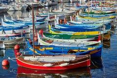 Barcos coloridos no porto imagens de stock