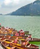 Barcos coloridos parqueados Imágenes de archivo libres de regalías