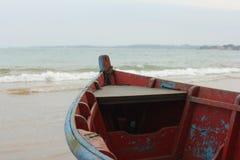 Barcos coloridos pela costa Imagem de Stock Royalty Free