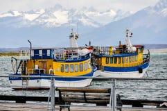 Barcos coloridos, Puerto Natales, Patagonia, o Chile foto de stock royalty free