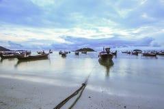 Barcos com fundo do céu nebuloso Fotografia de Stock Royalty Free