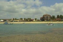 Barcos com os turistas na praia de Barra de São Miguel fotos de stock royalty free