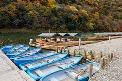 Barcos con los colores de la caída, Arashiyama Imágenes de archivo libres de regalías
