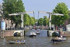 Barcos con un puente levadizo, Amsterdam, Países Bajos Fotografía de archivo