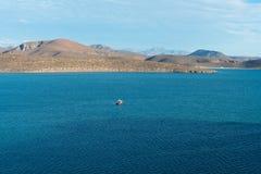 Barcos contra las colinas Imagenes de archivo