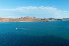 Barcos contra las colinas Fotografía de archivo libre de regalías