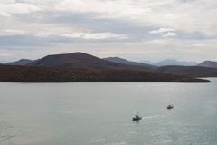 Barcos contra montes Fotos de Stock